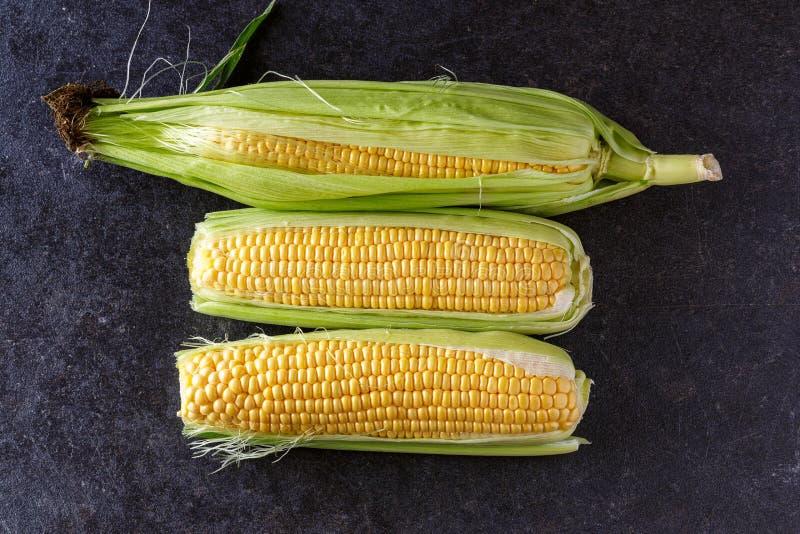 Świeża organicznie żółta słodka kukurudza na czarnym blata widoku fotografia stock