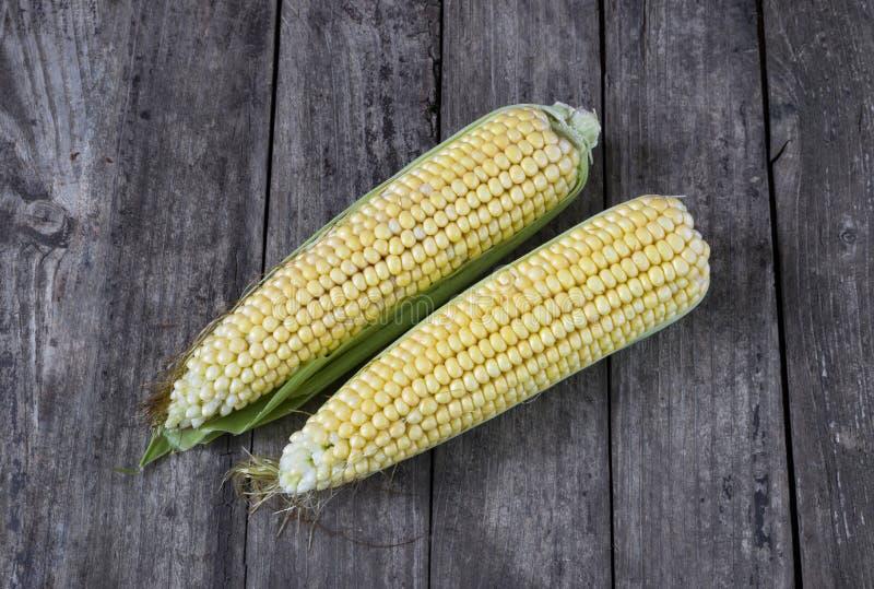 Świeża organicznie żółta słodka kukurudza na drewnianym stole Odgórny widok fotografia stock