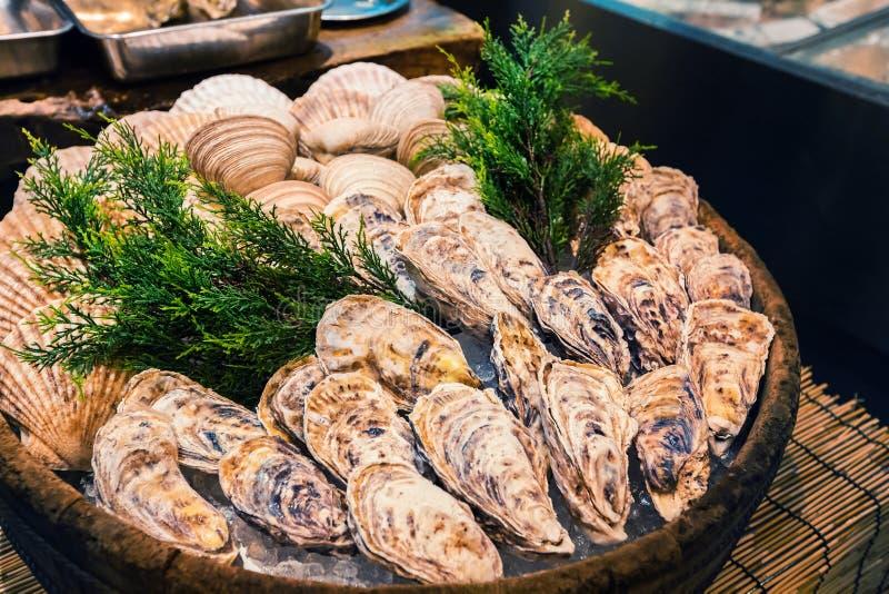 Świeża ostryga na lodzie jako uliczny jedzenie przy Nishiki rynkiem, Kyoto, Japonia obrazy stock