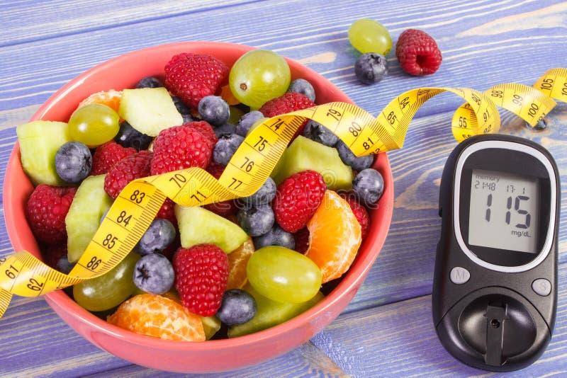 Świeża owocowa sałatka, glucometer, centymetr, cukrzyce, zdrowy styl życia i odżywiania pojęcie, fotografia royalty free