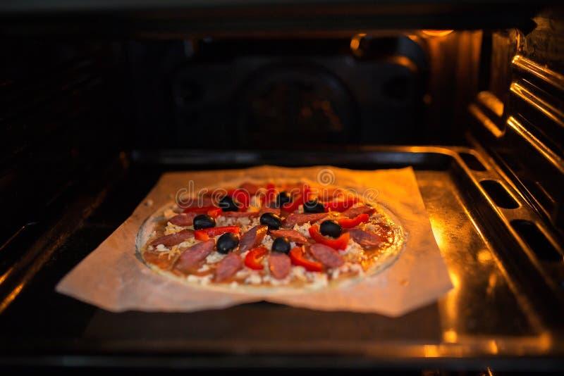 Świeża pizza na metal wypiekowej tacy zdjęcie royalty free