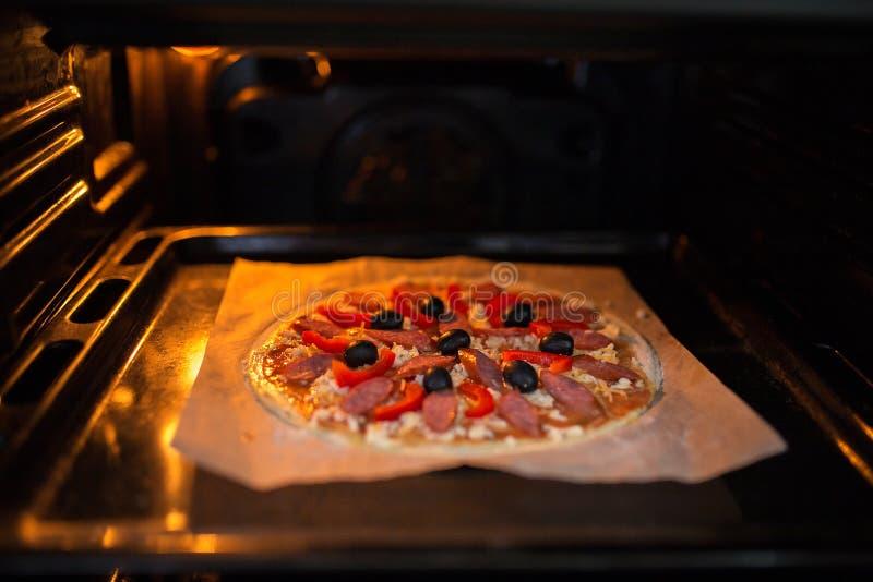Świeża pizza na metal wypiekowej tacy zdjęcie stock