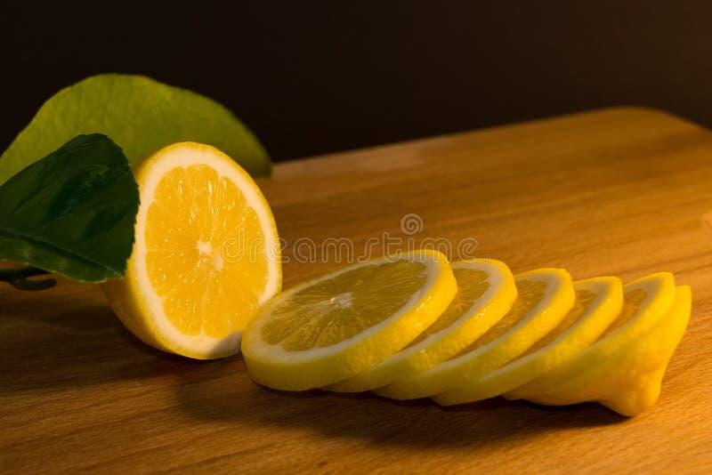 Świeża pokrojona cytryna na ciemnym tle obraz stock