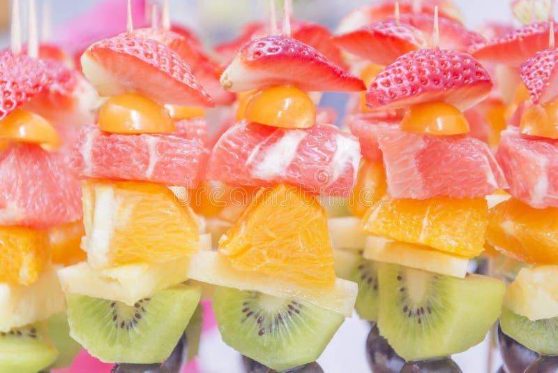 Świeża pomarańcze, kiwi, winogrona, truskawki fotografia stock