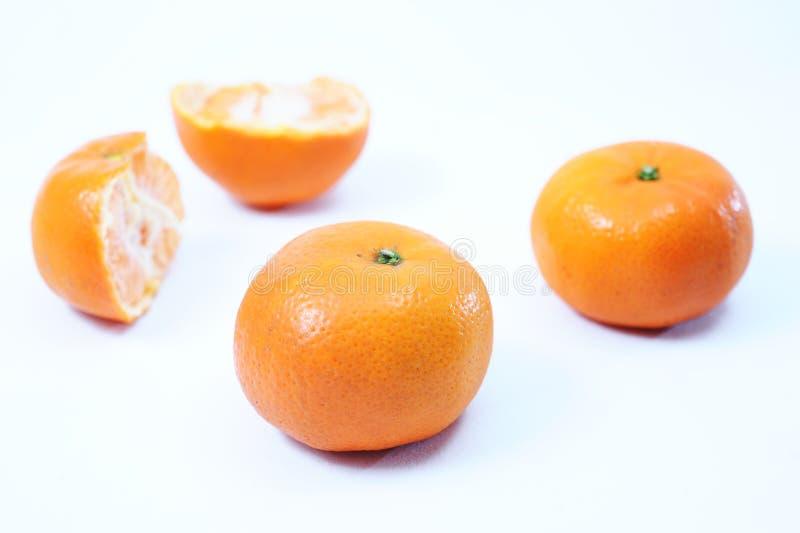 Świeża pomarańcze, rżnięta pomarańcze i plasterki jako tło od odgórnego widoku, obraz royalty free