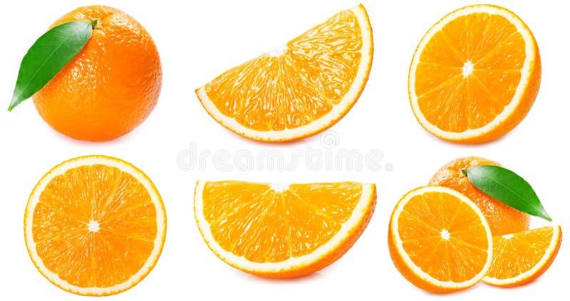 Świeża pomarańczowa owoc z plasterkami i liść na białym tle obrazy stock