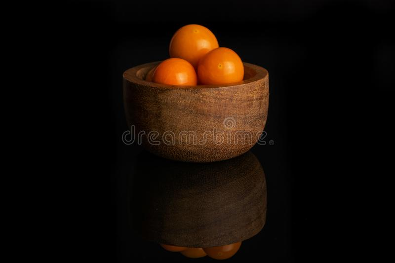 Świeża pomarańczowa pęcherzyca odizolowywająca na czarnym szkle zdjęcie stock