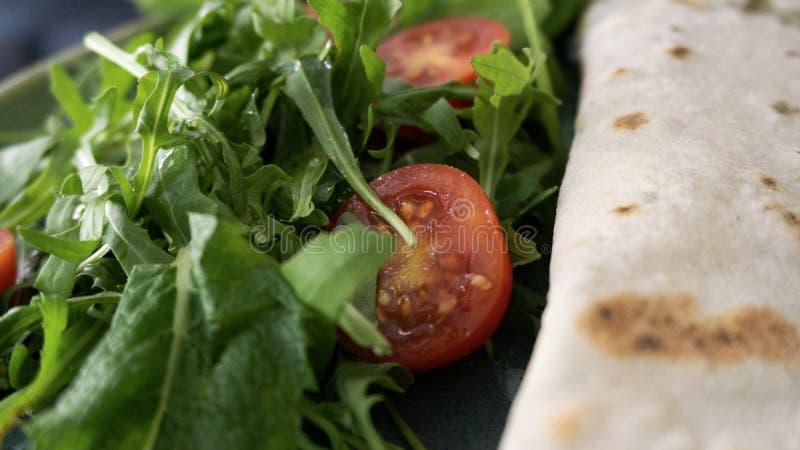 Świeża rakietowa sałatka z rżniętymi czereśniowymi pomidorami zdjęcia royalty free