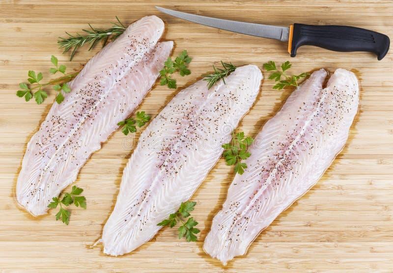 Świeża Ryba Przepasuje z Polędwicowym Nożem obrazy stock