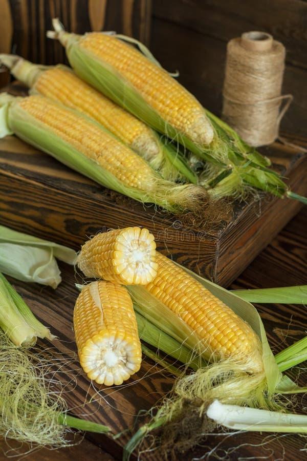 Świeża słodka kukurudza na cobs na nieociosanym drewnianym stole, zamyka up stonowany zdjęcie royalty free