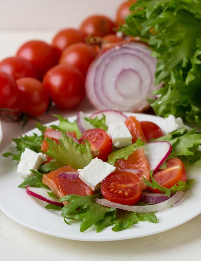 Świeża sałatka od łososia, solonego sera i warzyw, zdjęcie royalty free