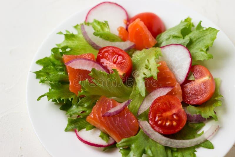 Świeża sałatka od łososia, solonego sera i warzyw, zdjęcie stock