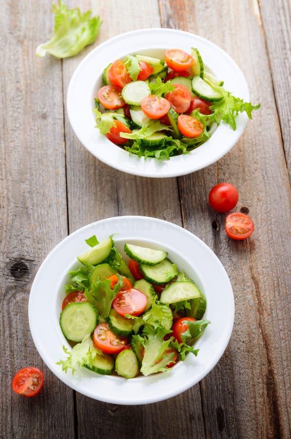 Świeża sałatka od sezonowych warzyw zdjęcie royalty free