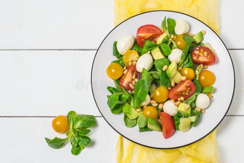Świeża sałatka z mozzarellą, pomidorami, avocado i sałatą, fotografia stock