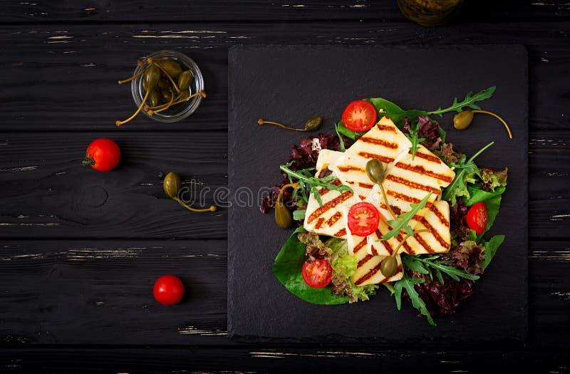 Świeża sałatka z piec na grillu serem fotografia stock