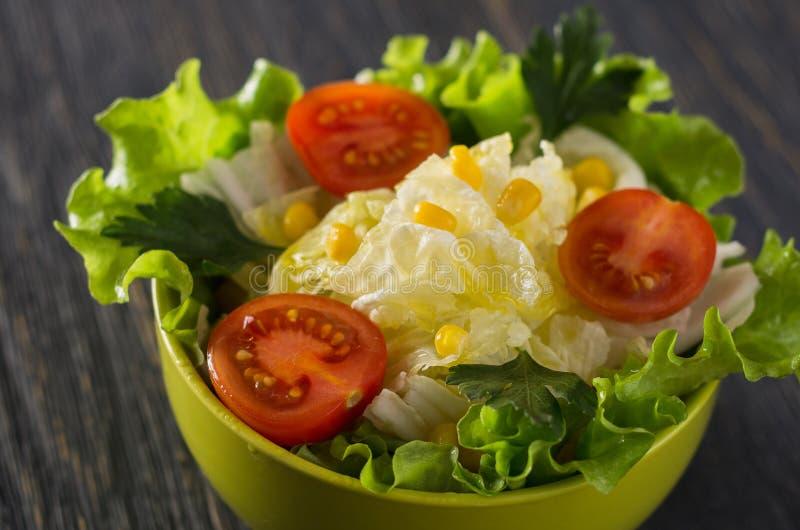 Świeża sałatka z pomidor kukurudzy kapustą obraz stock