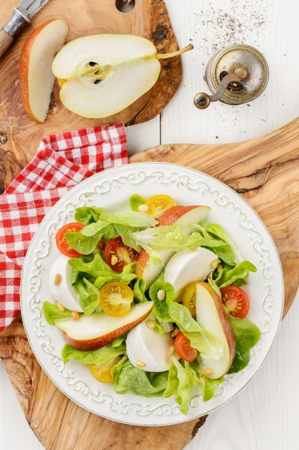 Świeża sałatka z pomidorami, mozzarellą i bonkretą czerwonymi i żółtymi, fotografia royalty free
