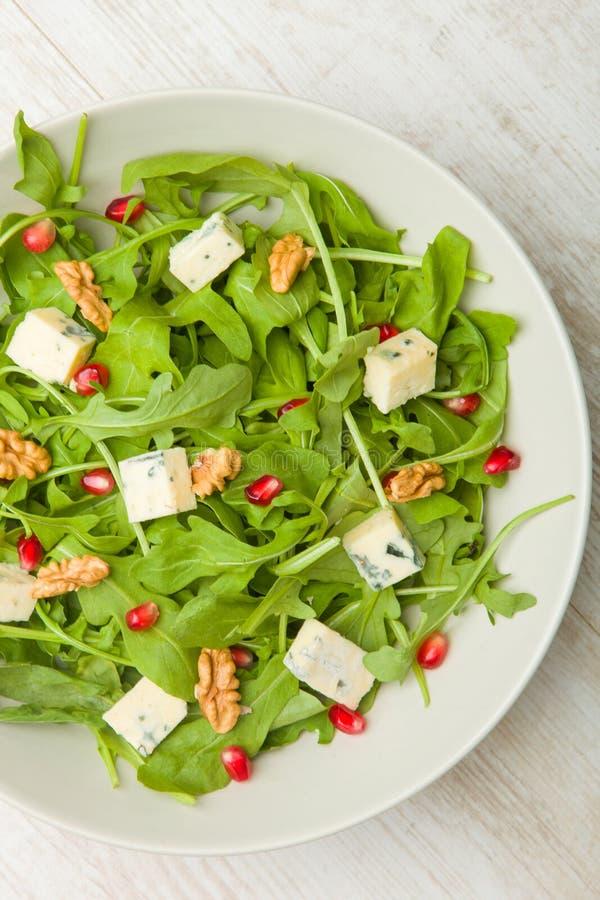 Świeża sałatka z pomidorami, niebieskim serem i orzechamiŚwieża sałatka z pomidorami, niebieskim serem i orzechami obrazy royalty free