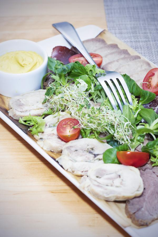Świeża sałatka z wyśmienicie kurczak piersią, ruccola, szpinakami, kapustą, arugula, parmesan i czereśniowym pomidorem na drewnia zdjęcia stock