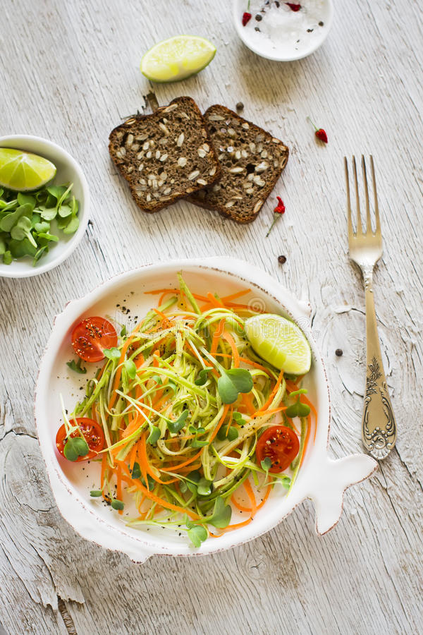 Świeża sałatka z zucchini i marchewkami obraz stock