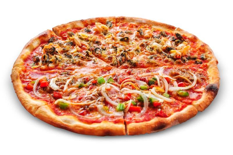 Świeża smakowita pizza na białym tle zdjęcia royalty free