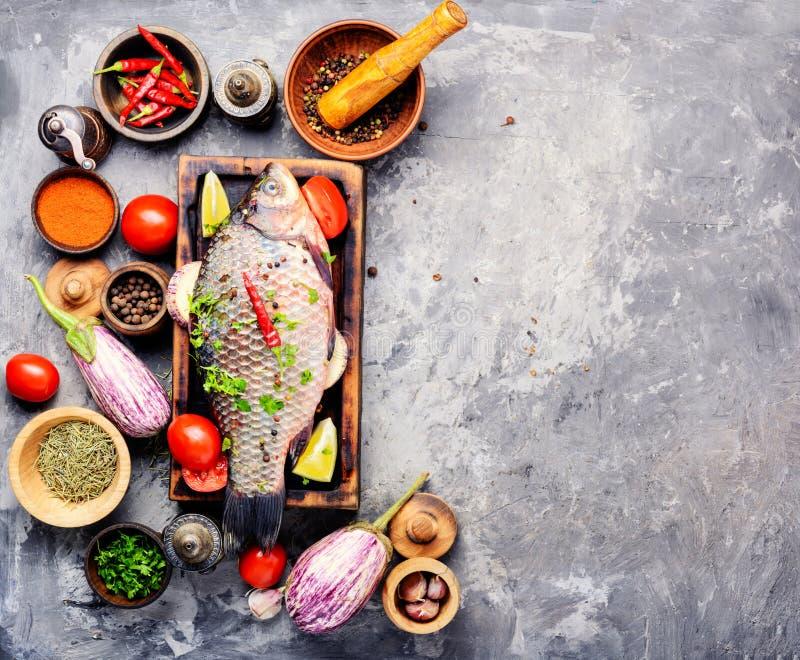 Świeża surowa ryba i karmowi składniki fotografia royalty free
