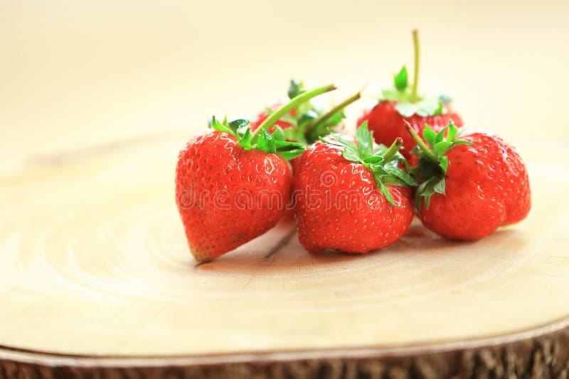 Świeża truskawka, słodkie owoc na drewnianej ciapanie desce, obrazy royalty free