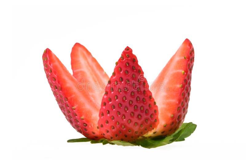 Świeża truskawka z zieleń liśćmi ciie w ćwiartki zdjęcia stock