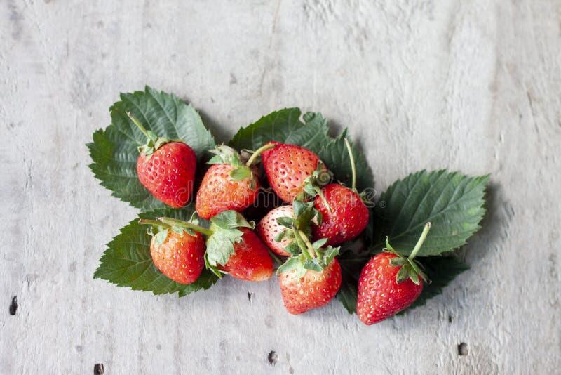 Świeża truskawkowa owoc na drewnianym stołowym tle zdjęcie stock