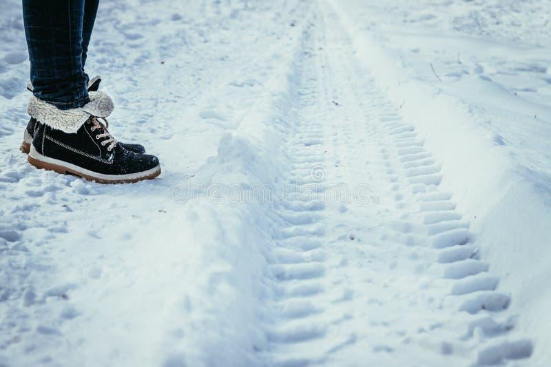 Świeża uślizg ocena w prochowym śniegu, outside w zimie zdjęcia royalty free