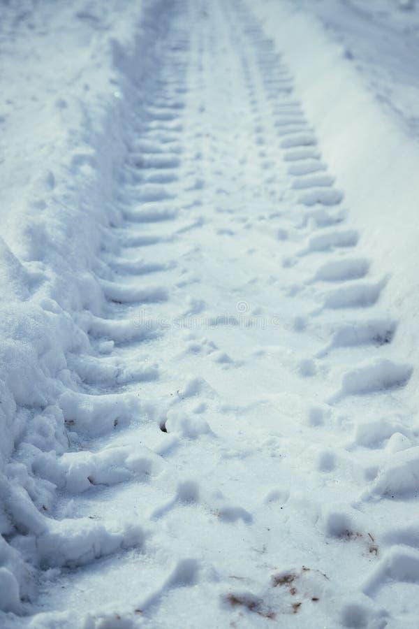 Świeża uślizg ocena w prochowym śniegu, outside w zimie zdjęcie stock
