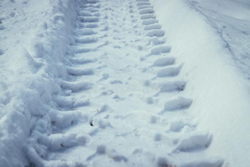 Świeża uślizg ocena w prochowym śniegu, outside w zimie zdjęcia stock