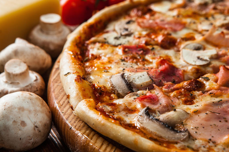Świeża włoska pizza słuzyć na drewno stołu zakończeniu up obrazy royalty free