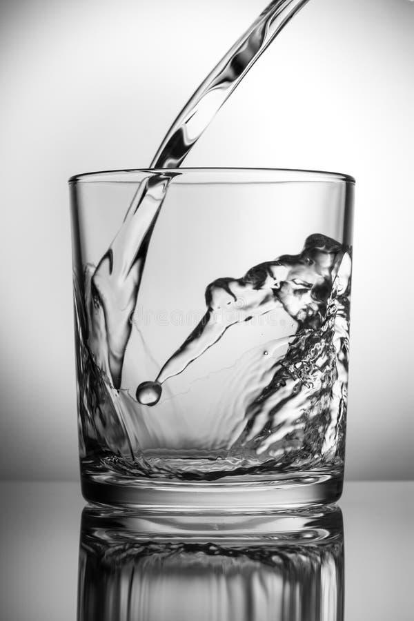 Świeża woda nalewa w pustego szkło obraz royalty free