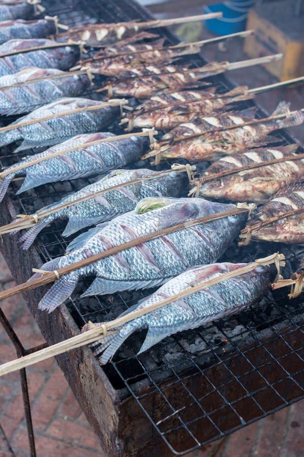 Świeża wyśmienicie piec na grillu ryba zdjęcie royalty free