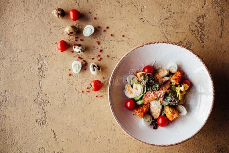 Świeża zdrowa Caesar sałatka z chiken na kamienia stole zdjęcie royalty free