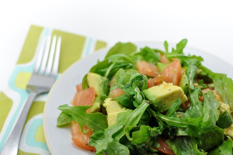 Świeża, zdrowa sałatka arugula, pomidor i avocado, obrazy stock
