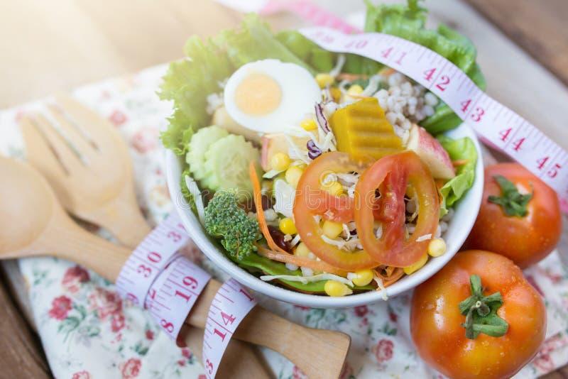Świeża zdrowa sałatka na drewnianym stole, diety pojęcie obraz stock