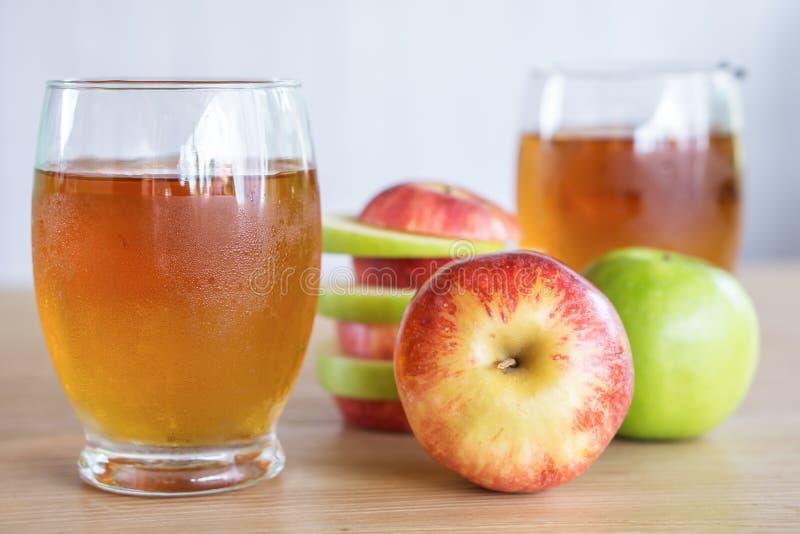 Świeża zieleń, czerwień sok i owoc jabłczani szkła i, zdrowy napój dla ciężar kontrola obrazy stock