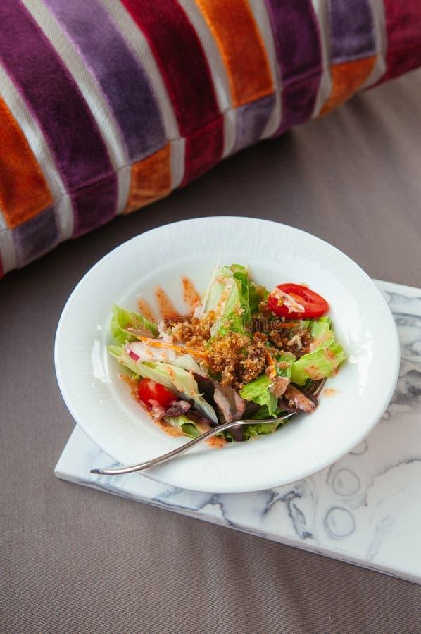 Świeża zielona mieszanki sałatka z crispy kruszką w białym pucharze zdjęcia stock