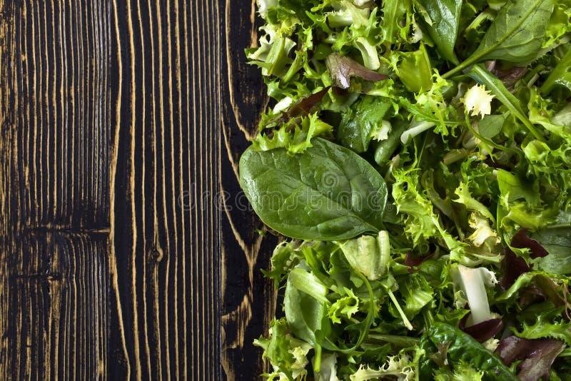 Świeża zielona sałatka z szpinakiem, arugula i sałatą, zdjęcie stock