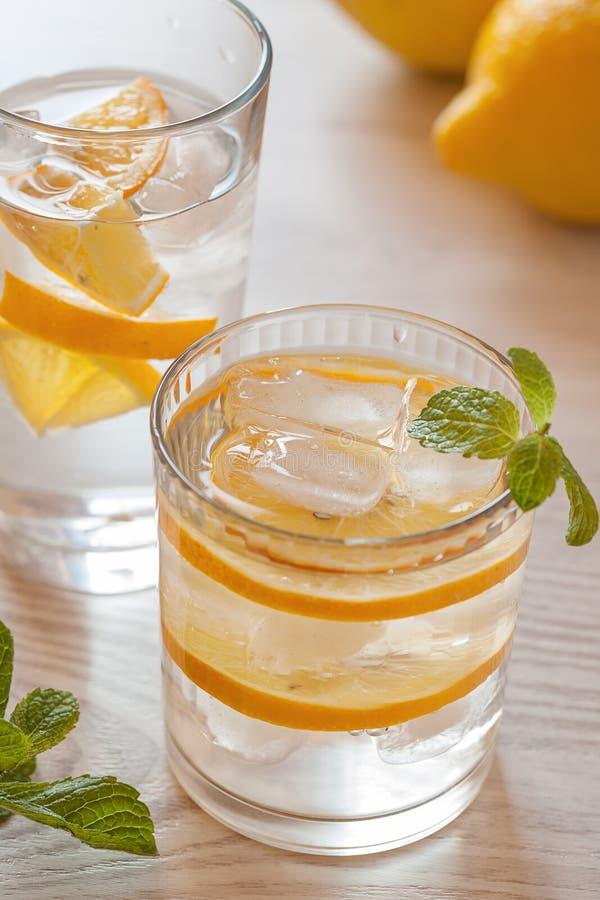 Świeża zimna lemoniada z cytrynami fotografia royalty free