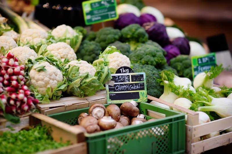 Świeże życiorys pieczarki i różnorodni warzywa na rolniku wprowadzać na rynek w Strasburg, Francja obrazy royalty free