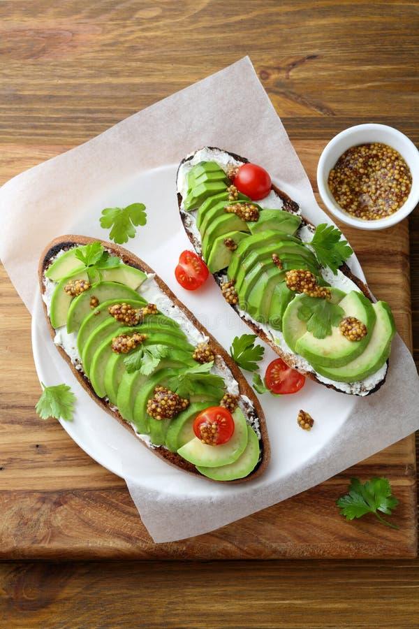 Świeże avocado grzanki dla śniadania obraz stock
