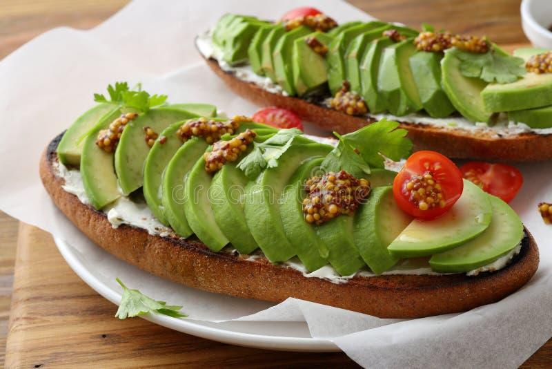 Świeże avocado kanapki z kumberlandem obrazy royalty free