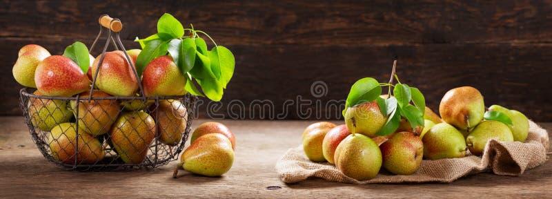 Świeże bonkrety w koszu na drewnianym stole zdjęcia stock
