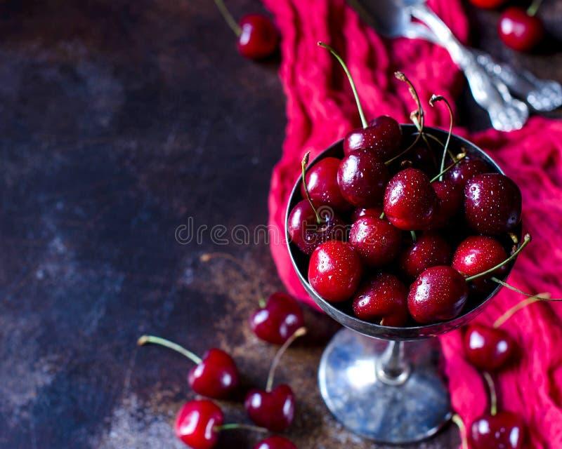 Świeże czerwone wiśnie zamykają w górę - odgórnego widoku zdjęcia royalty free