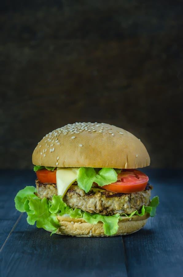 świeże dof tło hamburgery smaczny biały nisko obraz royalty free