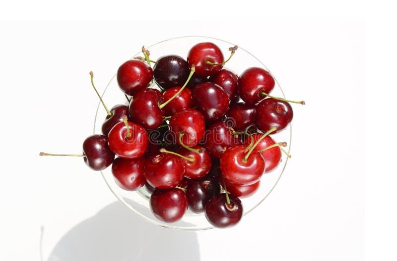 Świeże dojrzałe czerwone wiśni jagody w rocznik krystalicznej wazie na białym tło odgórnego widoku obrazku obrazy royalty free