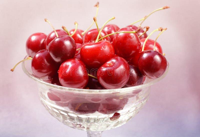 Świeże dojrzałe czerwone wiśni jagody w rocznik krystalicznej wazie na białym tle obrazy stock